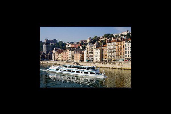 Le bateau Hermès, seul bateau-restaurant naviguant à Lyon, permet une visite commentée de la ville sur le Rhône et la Saône. Dépaysement garanti.