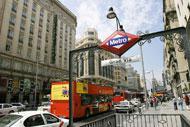 La Gran Vía è il viale principale di Madrid. Lungo questo viale si trovano hotel, cinema, banche e centri commerciali.