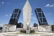 """Questi due grattacieli di uffici sono anche chiamati """"le torri Kio"""" e formano una porta all'ingresso nord della città sulla Passeggiata del Prado."""