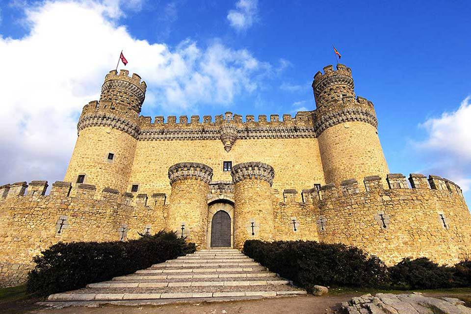 This fortified castle dating from the Middle Ages is the best preserved one in the autonomous community of Madrid. It bears the stamp of Pedro Gonzalez de Mendoza of Toledo.
