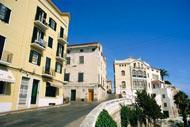 Le style architectural de la ville est essentiellement marqué par l'époque où elle était occupée par les Anglais.