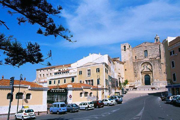 """Ciutadella, definita anche """"Vella I Bella"""" (Antica e Bella) è situata proprio sotto un porto simile ad un fiordo all'estremità occidentale dell'isola."""