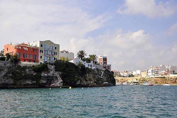 Il porto di Mao è il più grande porto naturale del Mar Mediterraneo ed era considerato il rifugio più sicuro per intere flotte già nel Medioevo.