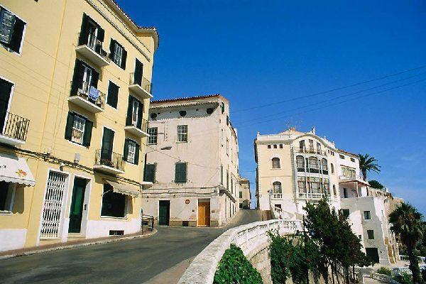 Lo stile architettonico della città si ispira all'epoca in cui è stata occupata dagli inglesi.