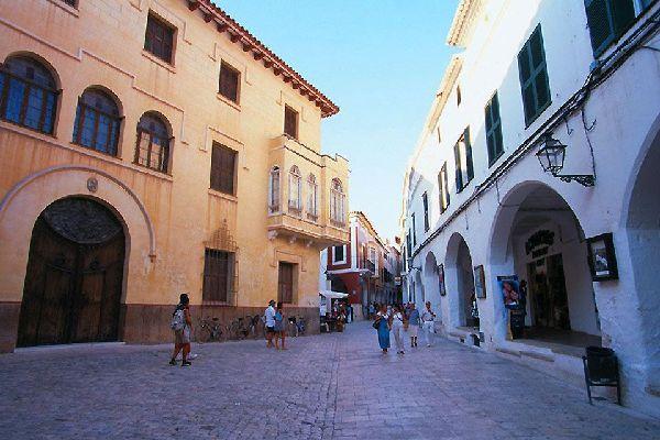 La ville a été construite dans l'Antiquité par les Carthaginois.