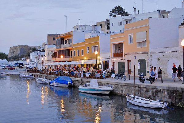 Le quai du port de Ciutadella est bordé de nombreux petits cafés.