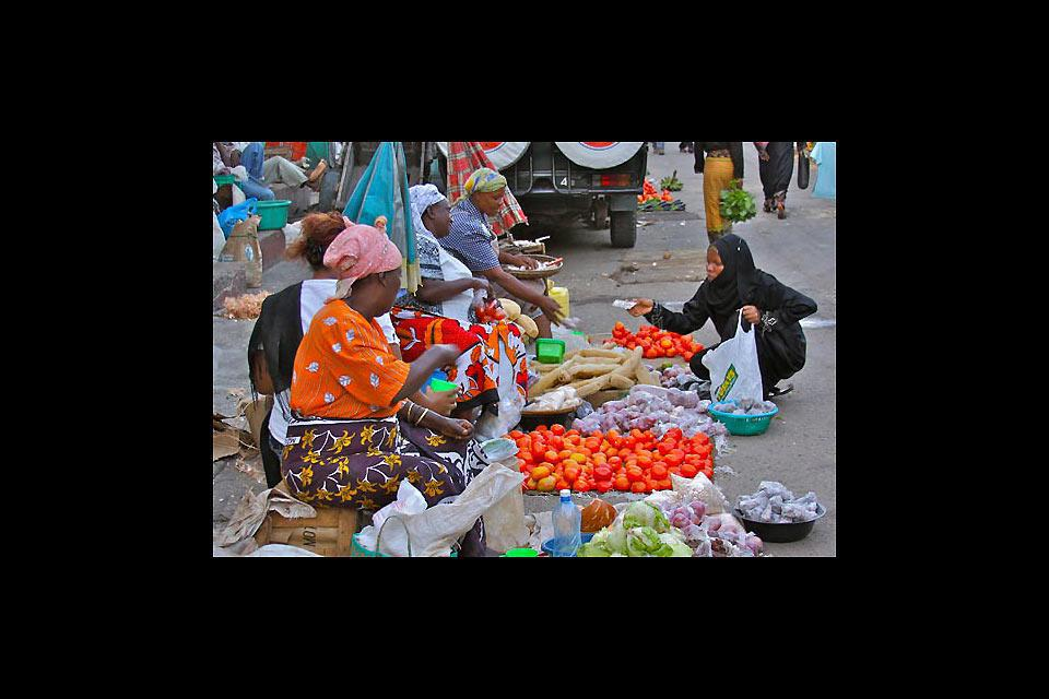 Il mercato viene allestito in una sala, ma alcuni mercanti si sistemano anche all'esterno.