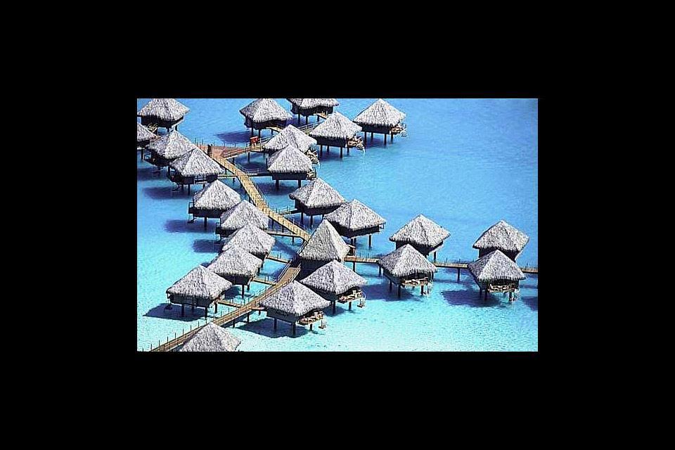 Allégorie parfaite du petit village tahitien paradisiaque, les maisons sur pilotis de Vaitape sont souvent mises en avant par les agences de voyage.