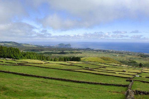 Angra do Heroismo se situe au Sude l'île de Terceira, et fait partie du patrimoine de l'UNESCO.