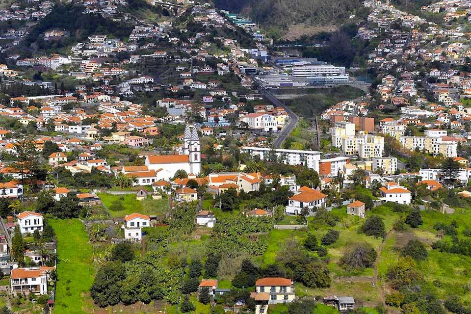 Madeira se preocupa porsus infraestructuras turísticas. Como no hay playas de arena más que en la isla de Puerto Santo, en Calheta, para que uno pueda disfrutar de un verdadero baño de sol, han construido una playa artificial. Asimismo, han instalado un puerto de ocio para la práctica de deportes marítimos....