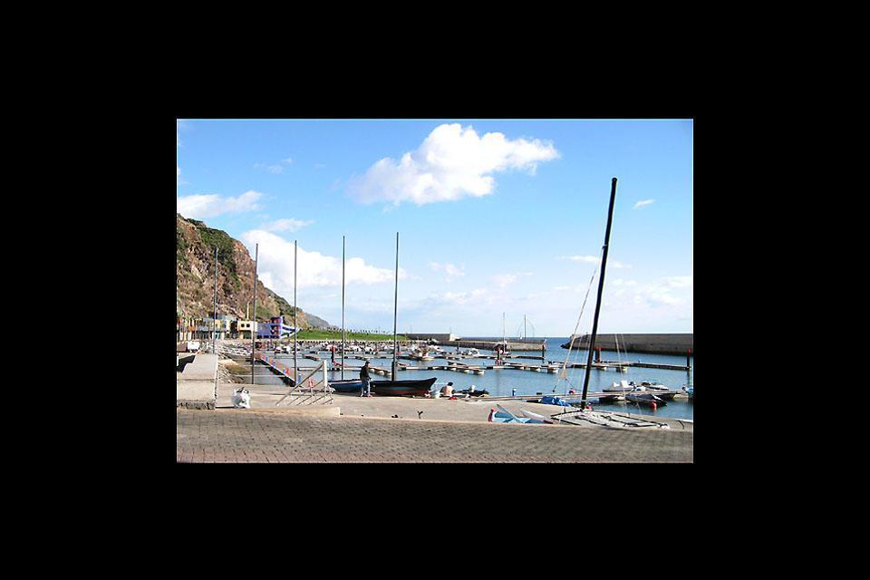 Calheta forma parte de las pocas ciudades de Madeira con una playa de arena.