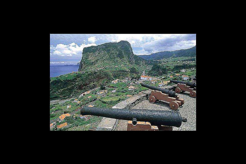 Estos cañones, instalados por los ingleses, servían para defender la isla de los posibles invasores.