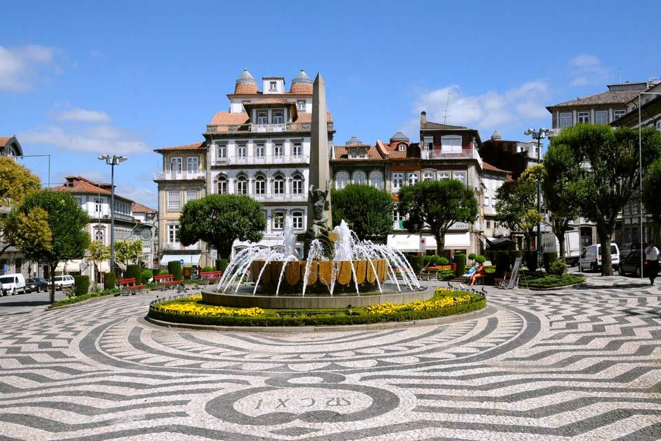 Guimaraes est une charmante ville portugaise désignée capitale de la culture en 2012. Située à une heure de route au nord-est de Porto, elle se démarque par un centre historique classé au Patrimoine mondial de l'Unesco. Elle fut autrefois le fief des comtes du Portugal et de la dynastie des Bourbon-Bragance, famille régnante pendant huit siècles. C'est donc une ville chargée d'histoire qui témoigne ...