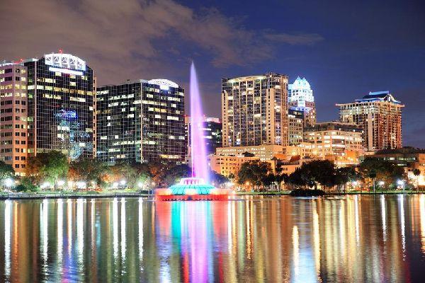 La fuente del lago Eola en el centro de Orlando ofrece una maravillosa visión nocturna de la ciudad.
