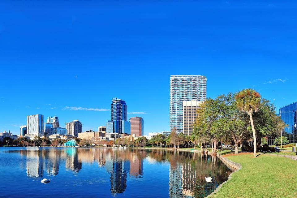 Orlando est « The Beautiful City », rien de moins. C'est une ville de taille respectable (220 000 habitants) particulièrement appréciée des touristes puisqu'elle n'accueille pas moins de 52 millions de visiteurs par an ! Outre un climat particulièrement doux - bien qu'un peu humide -, Orlando abrite une concentration de parcs d'attraction particulièrement importante. On y trouvera les plus grands noms ...