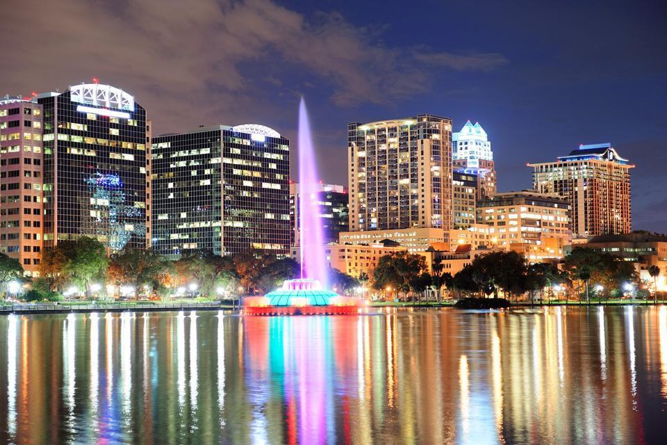 La fontaine du lac Eola dans le centre ville d'Orlando offre un beau panorama nocturne de la ville.