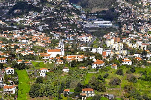 Machico, à l'est de la capitale, une ville historique du bord de mer, compte de nombreux monuments religieux comme l'église principale ornée de peintures et d'azulejos et la chapelle de Nossa Senhora. Les forts de Nossa Senhora do Amparo et de Sao Jaoa Baptista sont assez impressionnants....