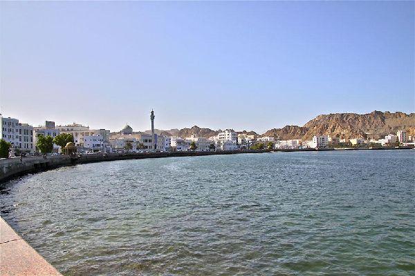 Das Küstengebiet konnte seinen ursprünglichen Charme bewahren: kleine weiße Gebäude, Minarette, Moscheen und ein kleiner Fischerhafen, wo der Fisch fangfrisch auf den Kais verkauft wird.