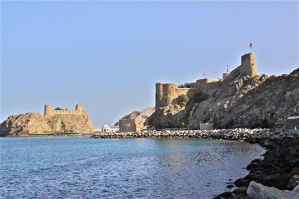 Die portugiesischen Forts Mirami und Jalah blicken hoheitsvoll auf die Stadt hinab.