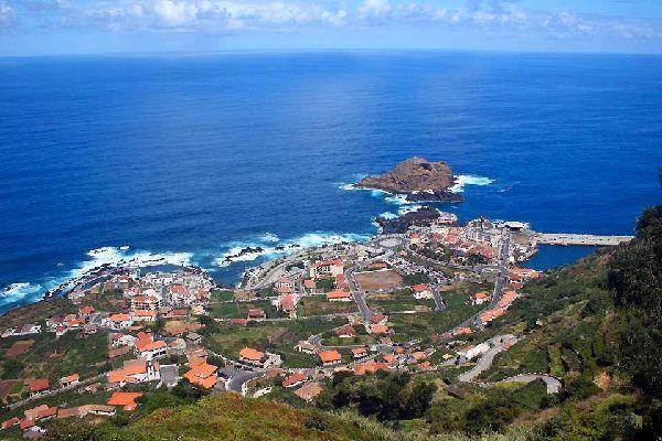 Situé à l'opposé de Funchal sur la côte nord, Porto Moniz porte le nom d'un des premiers colons à l'avoir investi : Francisco Moniz. La ville est une petite station balnéaire très à la mode. Elle attire les touristes mais aussi les autochtones par ses piscines naturelles. De nombreux hôteliers ont vu dans cette ville une opportunité d'installation. Depuis, beaucoup d'hôtels ont poussés à travers les ...