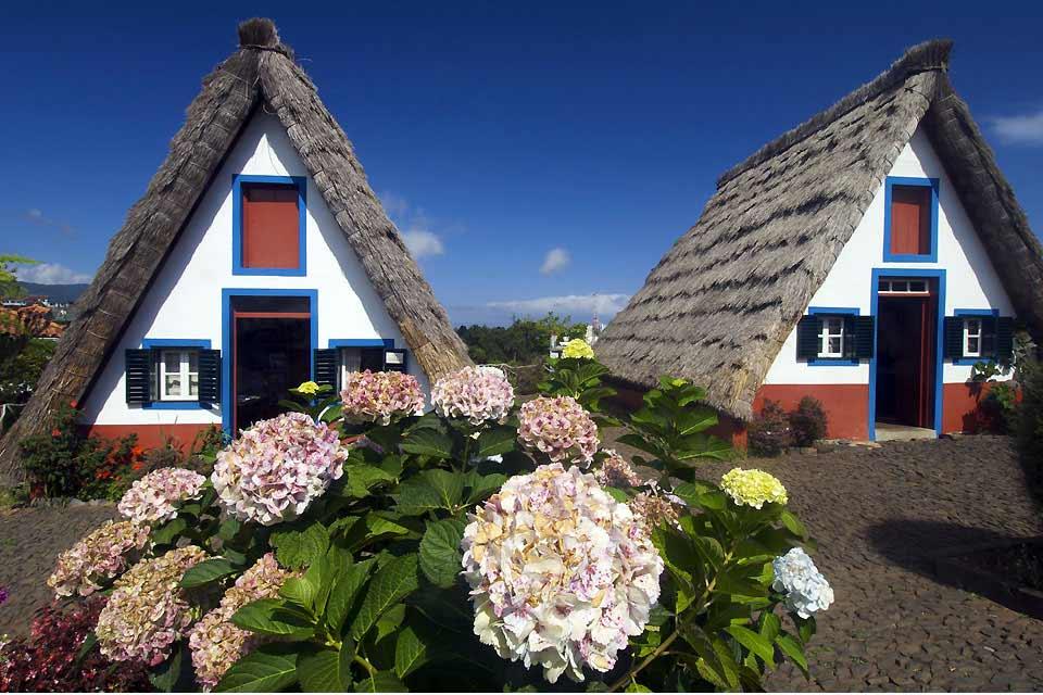 Situada en la costa norte de Madeira, la pequeña ciudad de Santana sólo tiene 8.804habitantes. Está a unos 36km de la capital de la isla, Funchal. Enclavada entre el mar y la montaña, Santana se desmarca del resto de ciudades de Madeira por sus casas tradicionales. Se pueden encontrar casitas triangulares, protegidas por puntiagudos tejados de bálago. Diseminadas por toda la ciudad, algunas ...