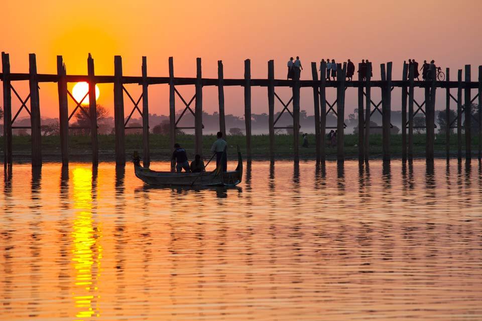 Ancienne capitale du royaume indépendant de Birmanie, Mandalay est le centre culturel et religieux du bouddhisme au Myanmar, avec ses nombreux monastères et ses 700 pagodes. Deuxième ville du pays, située à 650 km au nord de Yangon, Mandalay est le point de départ d'une croisière mythique à bord du « Road to Mandalay », siglé du prestigieux groupe Orient Express. Bien sûr, il faut aimer les pagodes, ...