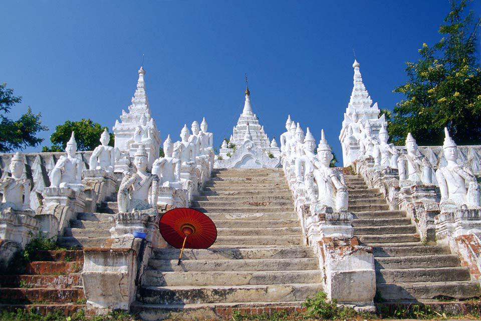 Elle renferme un énorme bouddha, taillé dans le marbre.