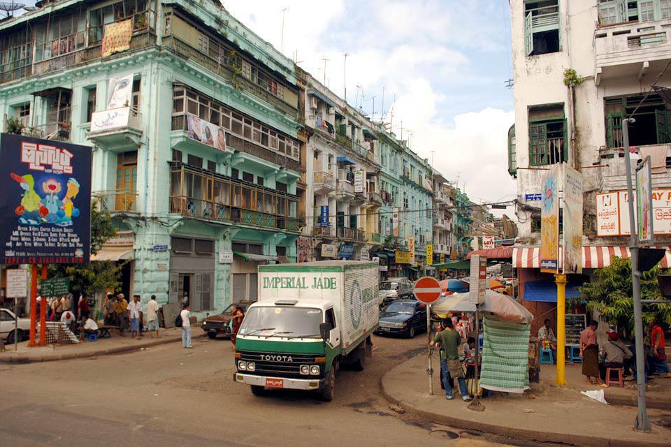 Mandalay, deuxième ville du pays, est située à 650 km au nord de Yangon.