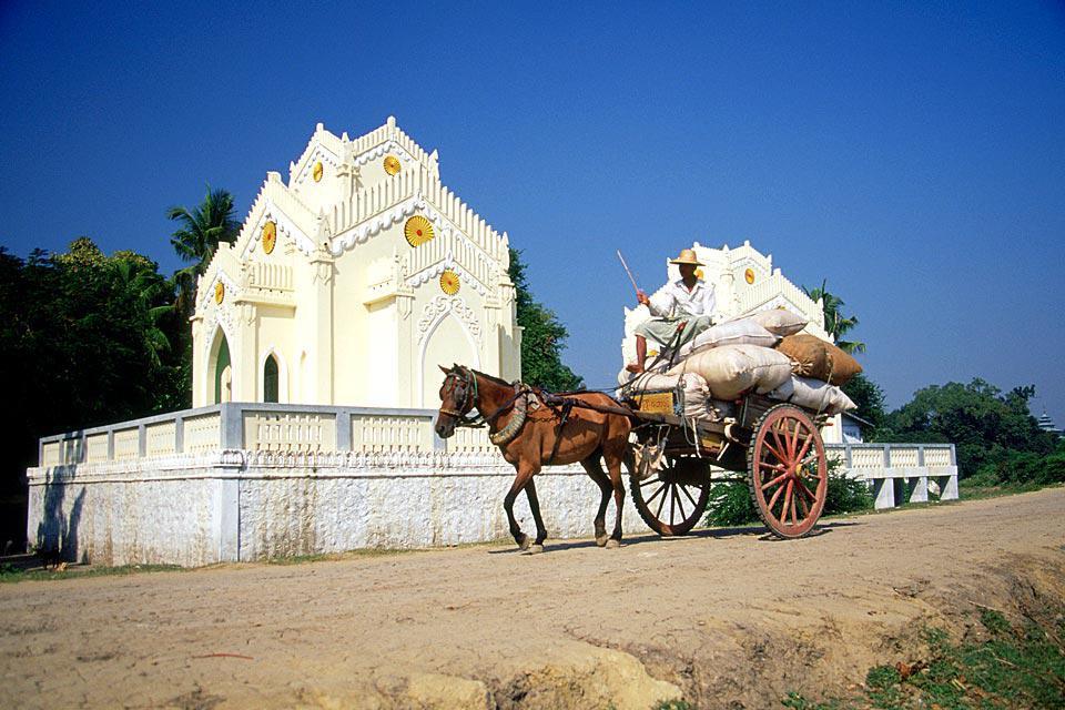 Profitez de votre séjour à Mandalay pour visiter les anciennes capitales : Amarapura, la « cité immortelle », Sagaing, Mingun et Ava.