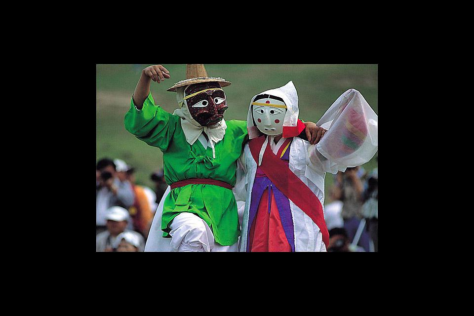 Hahoe, a traditional village that has retained its stately country houses, holds a Folk Festival every year.