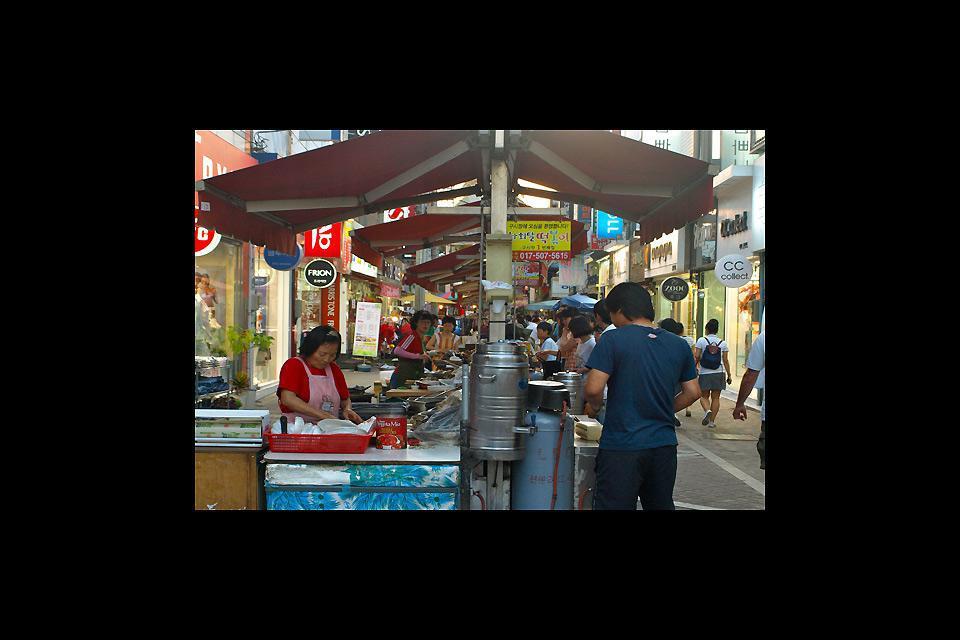 Nel centro città il mercato alimentare è molto pittoresco; il pollo e la mela sono le specialità della zona.