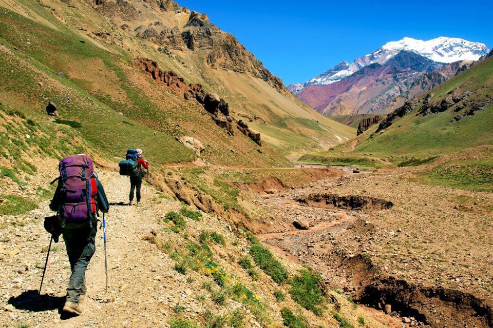 Les montagnes environnantes sont parfaites pour un trek.