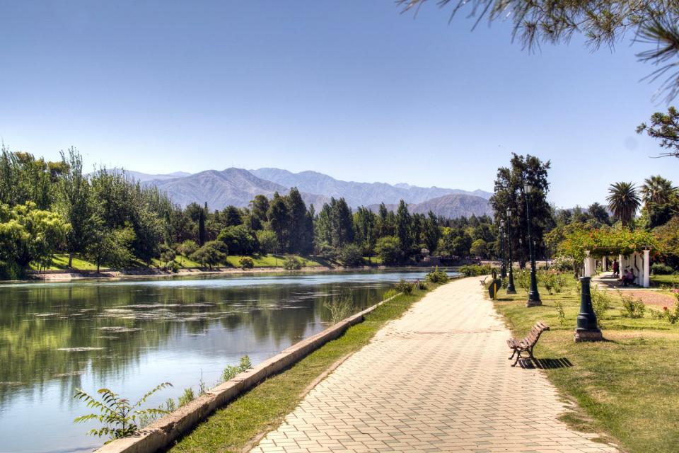 Mendoza est une province argentine, située dans la région de Cuyo, au centre-Ouest du pays.