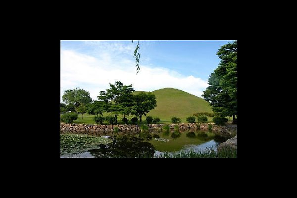 This park has more than 20 large and small royal tombs from the Shilla period.