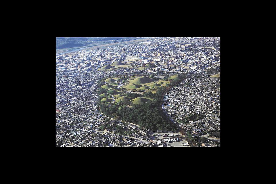 Veduta aerea del parco dei tumuli.