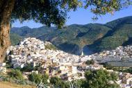 Mequinez se encuentra en la meseta del Sais y está separada en dos por el uadi Boufekrane.