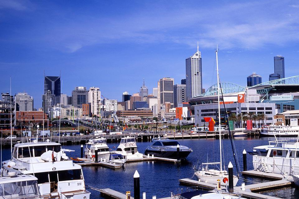 Melbourne liegt im Bundesstaat Victoria und ist nach Sydney die zweitgrößte Stadt Australiens. Melbourne hat sich in vielen Bereichen einen Namen gemacht: viktorianisch geprägte Stadtviertel, eine hübsche Altstadt, ein ausgedehntes Straßenbahnnetz, riesige Parks und versteckte Schätze dank einer Architektur, die landesweit ihresgleichen sucht. Dazu kommen elegante Geschäfte in großer Zahl, viele Künstler ...