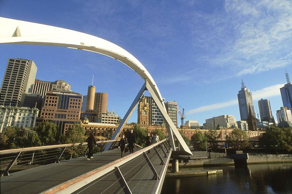 El río Yarra cruza la ciudad de Melbourne.