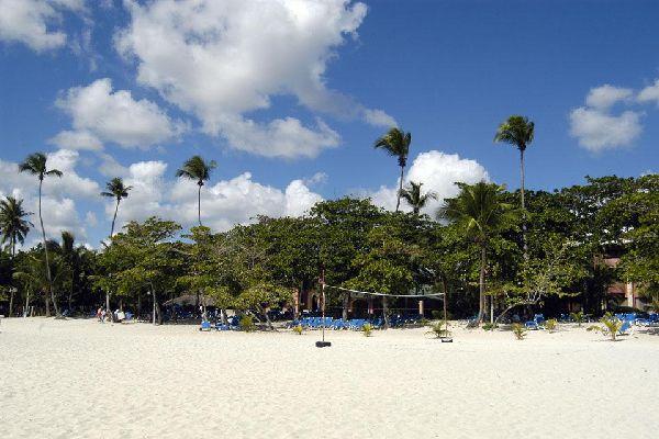A 30 km de la capital y a 12 km del aeropuerto de Las Américas, el municipio de Boca Chica, construido a principios del siglo XX, merece una visita por su animación y su playa.
