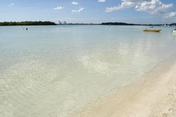 Una barrera de coral alberga la laguna.