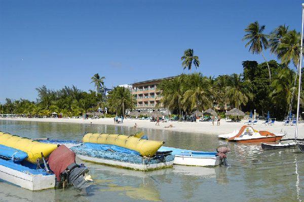 En su playa, mayoritariamente pública, nunca faltan la animación ni los deportes acuáticos.