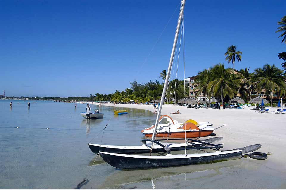 Boca Chica stretches to the south, on the Caribbean side of the island, around 19 miles from Santo Domingo and barely 7 and a half miles from the international airport of Las Americas (watch out for the 5 pesos toll). It was once a small fishing port frequented in the 1920s by the Dominican bourgeoisie. The city now presents no other interest than its medium and high-end hotels, its shops, restaurants ...