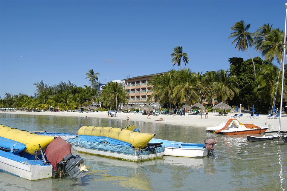 La plage étant en grande partie publique, l'animation et les sports nautiques ne manquent pas.