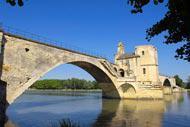 Le célèbre Pont d'Avignon (oui celui de la chanson) s'appelle en réalité Pont Saint-Bénézet et fut achevé en 1185.