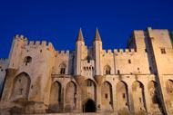 Le vénérable palais des papes, plus grande construction gothique du Moyen Age, est à la fois une forteresse et un palais résidentiel. Il accueillit six conclaves différents !