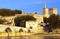 Avignon est mondialement connue pour son pont et pour sa chanson la célébrant, entonnée par les écoliers jusqu'en Chine. Ce pont s'appelle en réalité Pont Saint Bénezet. Auparavant, un pont antique en bois reliait Villeneuve à Avignon. Détruit puis reconstruit au Moyen Âge, il se trouvait sur le parcours d'un des plus importants pèlerinages entre l'Italie et l'Espagne. Au XIVème siècle, il faisait ...