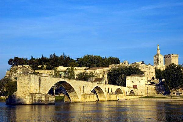 Avignone è conosciuta a livello mondiale per il suo pinte e per la sua canzone che la celebra, intonata dagli scolari fino in Cina. Questo ponte si chiama in realtà Ponte Saint Bénezet. Un tempo un ponte antico in legno che collegava Villeneuve ad Avignone. Distrutto quindi ricostruito nel Medio Evo, esso si trova sul percorso di uno dei più importanti pellegrinaggi tra l'Italia e la Spagna. Nel XIV ...