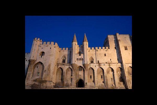 Il venerabile palazzo dei papi, la più grande costruzione gotica del Medioevo, è al tempo stesso una fortezza e un palazzo residenziale. Il palazzo ha accolto sei diversi conclavi!