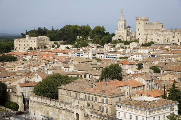 Avignone è riuscita a conservare molte vestigia dell'epoca papale, in particolar modo le mura e il centro storico, per cui è stata classificata nel patrimonio Unesco.