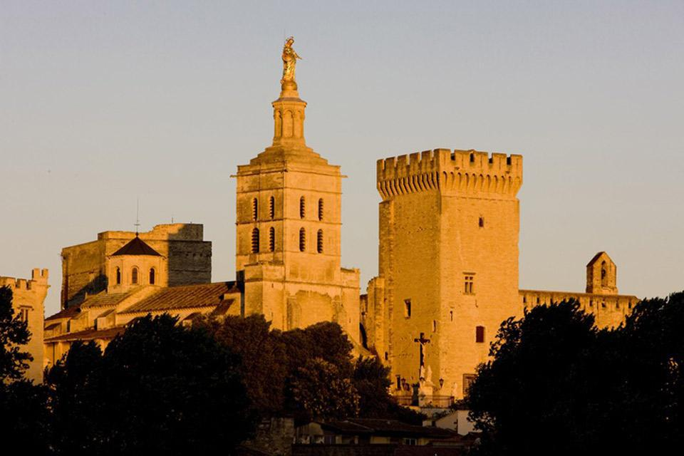 Protected by both the Doms Rock and the Rhône, Avignon is a haven of peace and well-being.